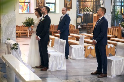 Ceremonia ślubna dwóch świadków i młodzi