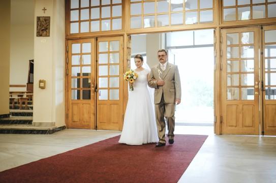 Ceremonia ślubna w kościele i Pani Młoda z tatą