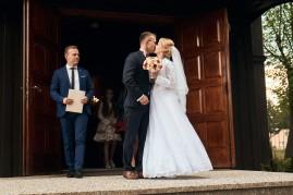 Ceremonia i pierwszy pocałunek po wyjściu z kościoła