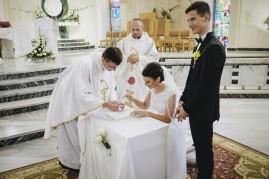 Ceremonia i podpisanie dokumentów w kościele przez Państwa Młodych