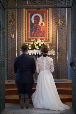 Ceremonia modlitwa Państwa Młodych przed obrazem Matki Bożej