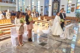 Ceremonia w kościele dróżki i Państwo Młody