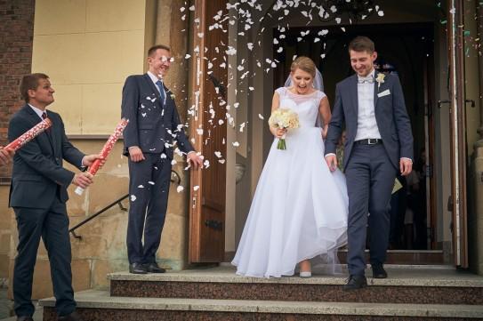 Ceremonia wyjście z kościoła confetti