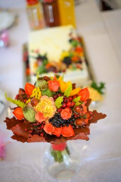 kolorowe kwiaty detal na stole weselnym