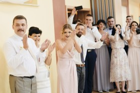 Oczepiny emocje i śmiech gości weselnych
