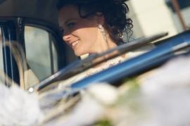 Piękna Pani Młoda w samochodzie