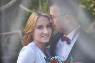 Plener ślubny biały welon przykrywa Młodą Parę