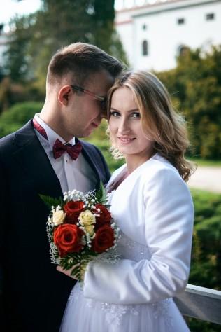 Plener ślubny bliskość Para Młoda w pięknym portrecie w Krasiczynie