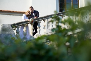 Plener ślubny czułość Para Młoda na schodach zamku w Krasiczynie
