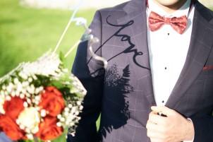 Plener ślubny detal love na marynarce cień