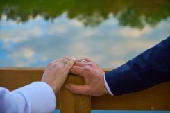 Plener ślubny obrączki w blasku nieba i zieleni