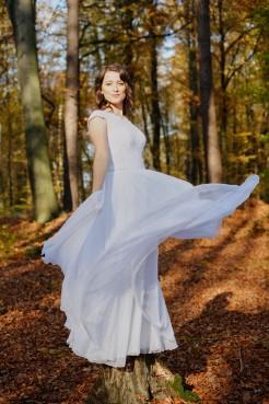 Plener ślubny suknia powiewa Pani Młodej w lesie