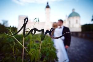 Plener napis Love na tle Zamku Krasiczyn