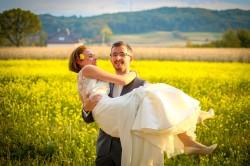 Plener Tarnów Pan Młody bierze żonę na ręce