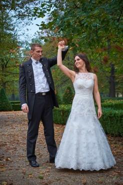 Plener Zamek zakochana para tańczy przed zamkiem w parku