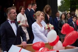 Po ceremonii wypuszczanie czerwonych balonów przez Państwa Młodych