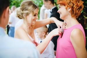 Przygotowania ślubne świadkowa pomaga