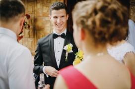 Przygotowania ślubne Pan Młody z uśmiechem