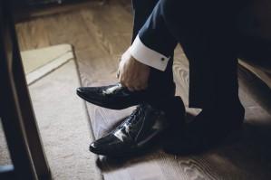 Przygotowania ślubne zakładanie butów