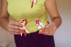 Przygotowania detale przypinki kolorowe i paznokcie