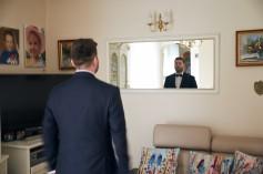 Przygotowania Pan Młody w lustrze