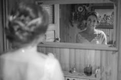 Przygotowania Pani Młoda śmiejąca w lustrze