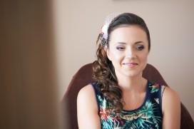 Przygotowania Pani Młoda w salonie make-up i fryzura ślubna