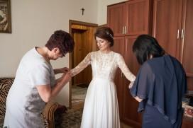 Przygotowania Pani Młoda z mamą ubiór biżuterii ślubnej
