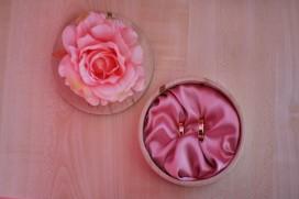 Przygotowania piękne pudełko na obrączki i kwiat róży detale