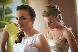Przygotowania pomoc świadkowej w ubiorze sukni ślubnej