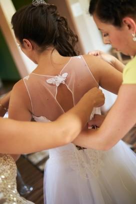 Przygotowania pomoc dróżek w ubieraniu Pani Młodej