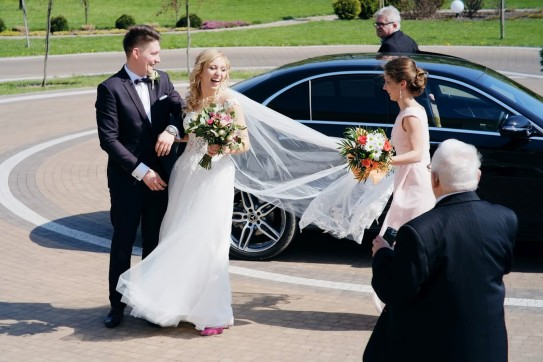 Samochód na wesele radosne wyjście Państwa Młodych