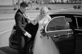 Samochód weselny wyjście Pani Młodej