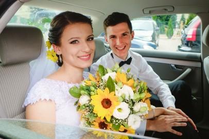 W aucie Państwo młodzi po ceromonii ślubnej