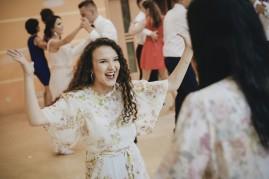 Wesele i emocje radości i szaleństwa podczas tańca