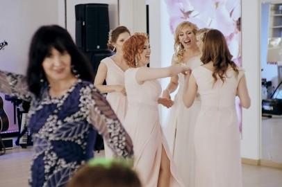Wesele taniec Pani Młodej z dróżkami