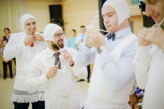 Zabawa mężczyźni przebrani za dzieci