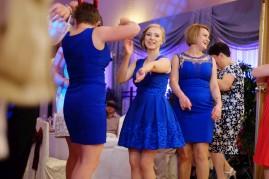 Zabawa weselna piękne dziewczyny w niebieskich sukienkach i taniec